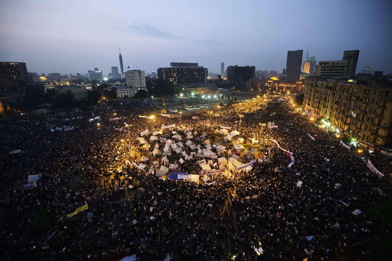 Tienduizenden mensen demonstreren op het Tahrirplein tegen president Mohamed Morsi, 27 november 2012.    Beeld AFP