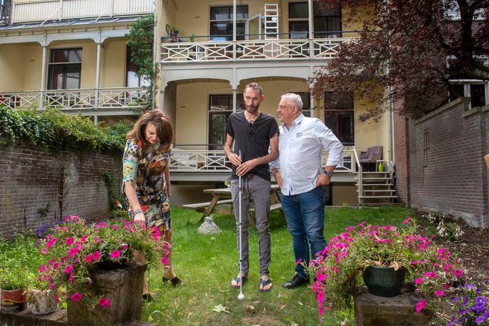 Angelique van den Berg,  bewoner Sjoerd Boeijen en beheerder Lain Barbier. Foto: Gerard Burgers.
