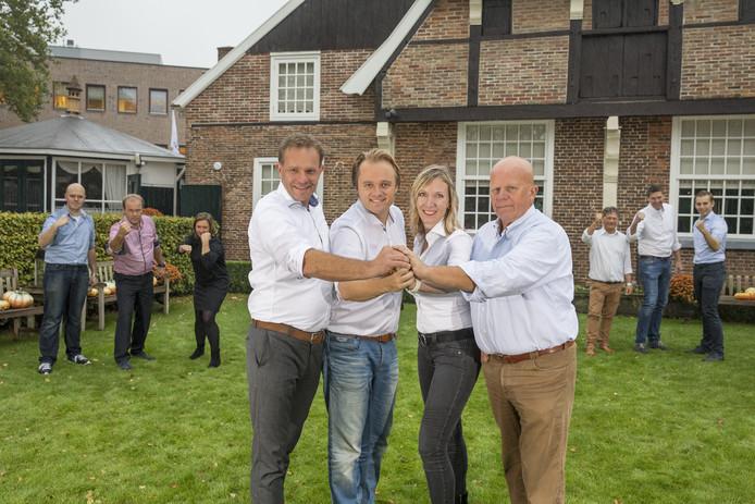 VVD-lijsttrekker Edgar Visscher (2e van links), geflankeerd Geert Nijland (links), Evelien Zinkweg en Ed Kosterink (geheel rechts). Op de achtergrond nog meer VVD-kandidaten.