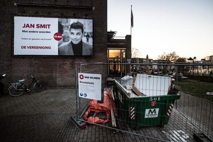 Jan Smit zou vanavond een concert geven in Nijmegen, maar Concertgebouw De Vereeniging is nog lang niet toegankelijk wegens verbouwingen.