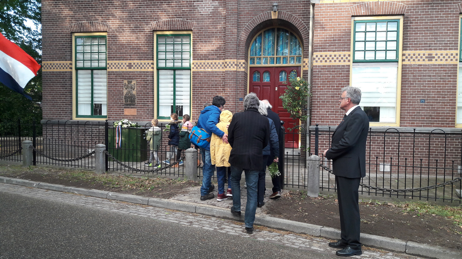 De familie van Jacques Luske legt bloemen bij diens monument.