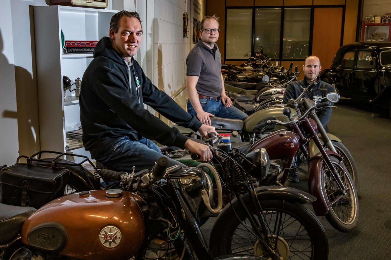 DS-2020-6276 TERWOLDE VERKOOP OUDE MOTOREN - Hendri Speldekamp(bril)  en Wilco Dolman(kaal) verkopen de collectie van 14 klassieke motoren voor familie van gepassioneerd overleden motorman. Ondermeer BSA's, DKW en Terro's. Dirk Berends (kleinzoon van overleden motorman)