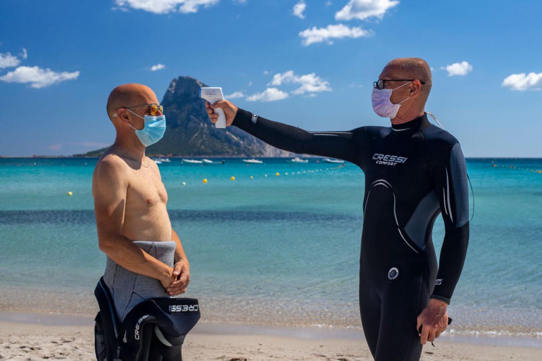 Covidmaatregelen bij het duiken, in de zomer van 2020 in Olbia op Sardinië Beeld Getty Images