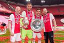 Dusan Tadic heeft de schaal in zijn handen en wordt geflankeerd door doelman Maarten Stekelenburg met de beker en Daley Blind (r) en Davy Klaassen (l).