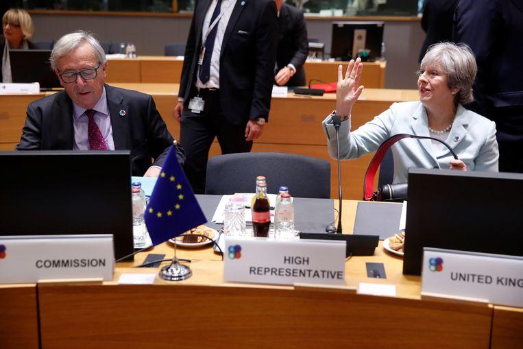 Jean-Claude Juncker en Theresa May. Beeld REUTERS