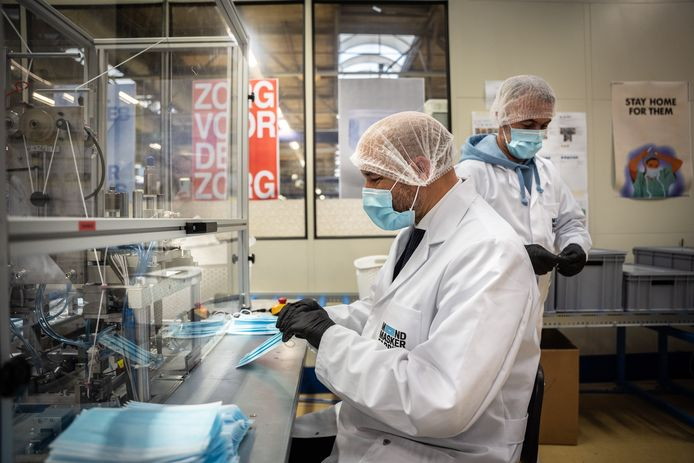 Burgemeester Ahmed Marcouch aan de productielijn van de mondkapjesfabriek van de Refugee Company.