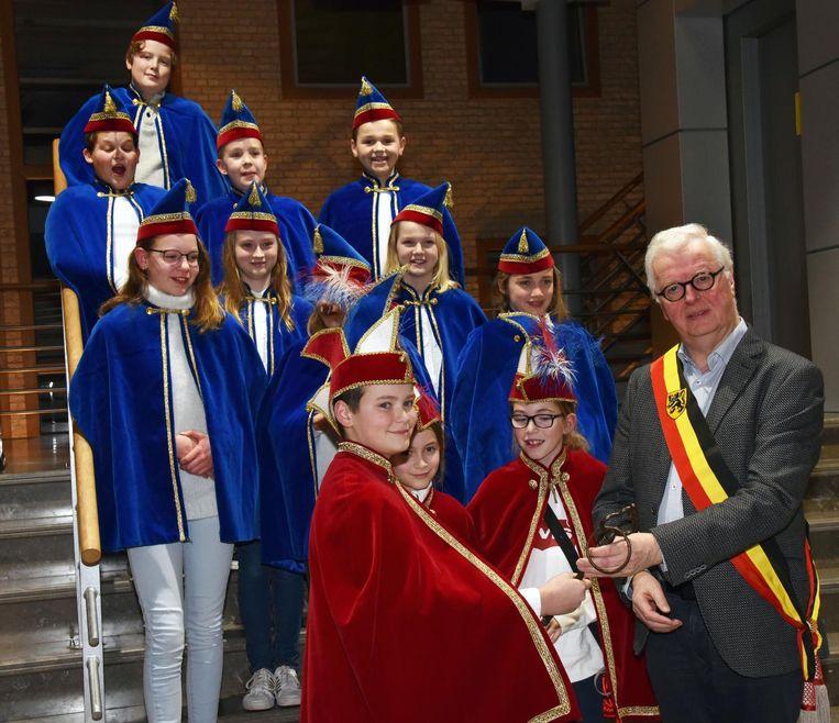 Prins Remi krijgt de sleutels van de gemeente van burgemeester Walter Luyten.