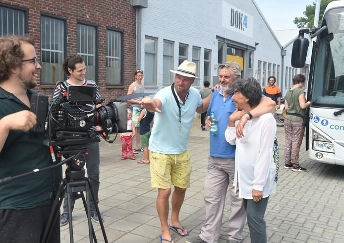 Regisseur Jesse de Vries (met hoedje) geeft zijn filmsterren Hans van der Togt en Heddy Lester aanwijzingen. Cameraman Jan van Ooijen (links) kijkt lachend toe.