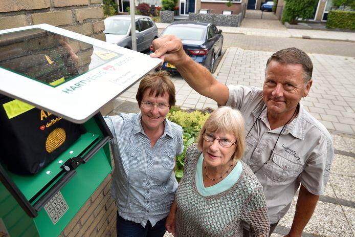 Henk Revoort heeft met een actie in de buurt ervoor gezorgd dat er een AED in de wijk is verschenen. Hier met buurvrouw Ruth Zandijk (links) en wijkteamlid Lottie van den Berg.