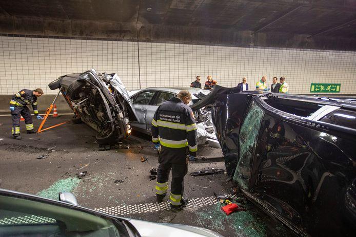 In de Wijkertunnel onder het Noordzeekanaal zijn bij een groot ongeval vier personen gewond geraakt.