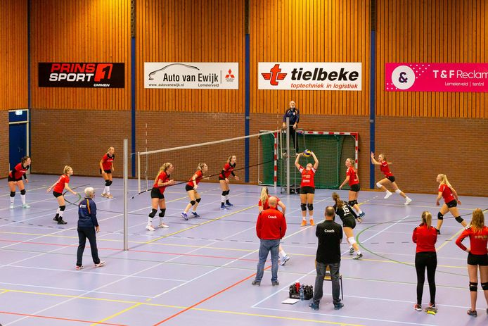 De Bevers en Flash spelen hun duel in de tweede divisie op de helft van de sporthal, zonder kijkers.