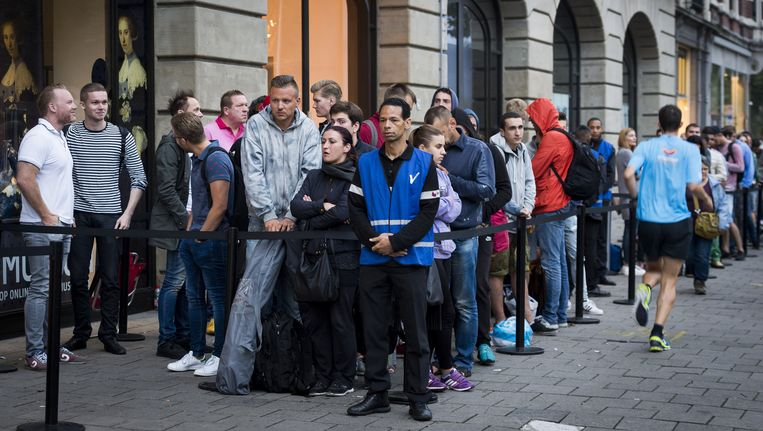 Vrijdag ging in Nederland de verkoop van de iPhone 7 van start. Beeld ANP