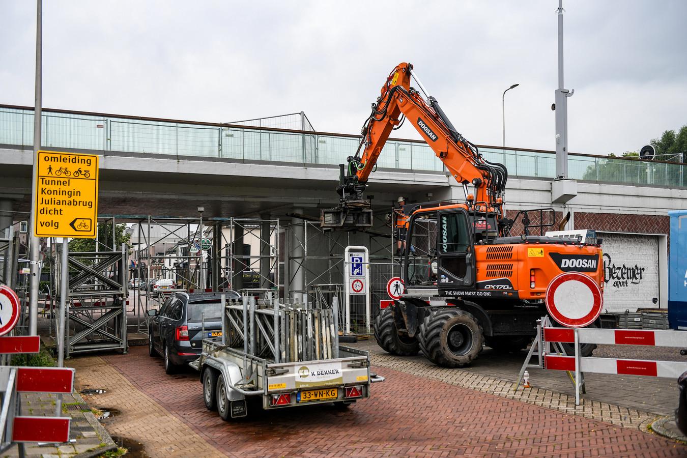 Maandag is begonnen met het stutten van de onderdoorgang van de Koningin Julianabrug in de Alphense Hooftstraat.