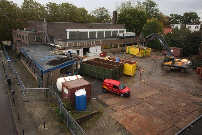 De sloop van het Sportfondsenbad in Apeldoorn is in volle gang.