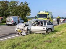 Auto botst hard achterop bestelbus op weg tussen Urk en Tollebeek: twee gewonden