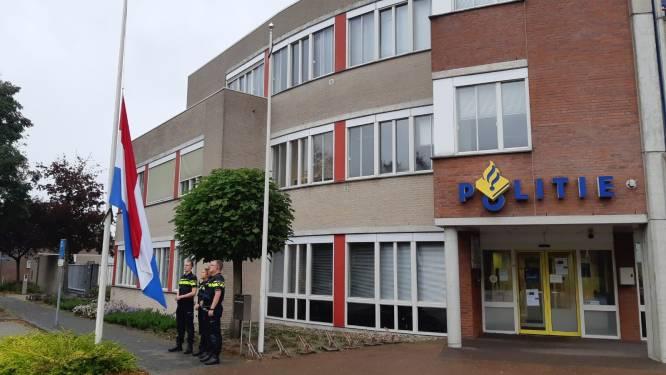 Vlaggen bij politiebureaus in Hardenberg en Ommen halfstok voor overleden agent