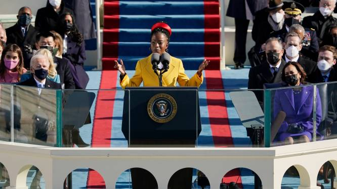 Jongste dichteres (22) maakt indruk op inauguratie