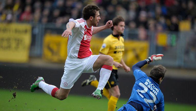 Miralem Sulejmani scoort (0-1) terwijl Rob Wielaert (M) en Przemyslaw Tyton (R) van Roda JC toesnellen. Toen was er nog hoop op winst. Foto ANP Beeld