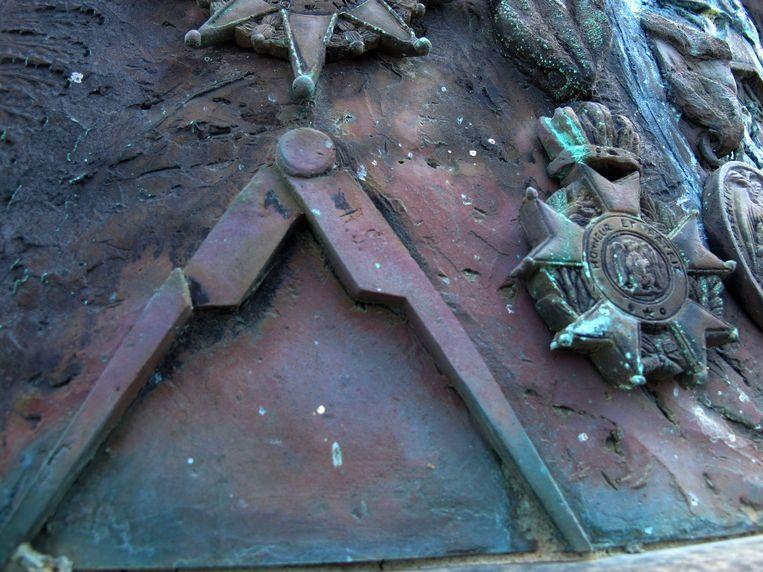 Passer - symbool van de vrijmetselarij - op buste Kikkert Beeld Elly Baltus