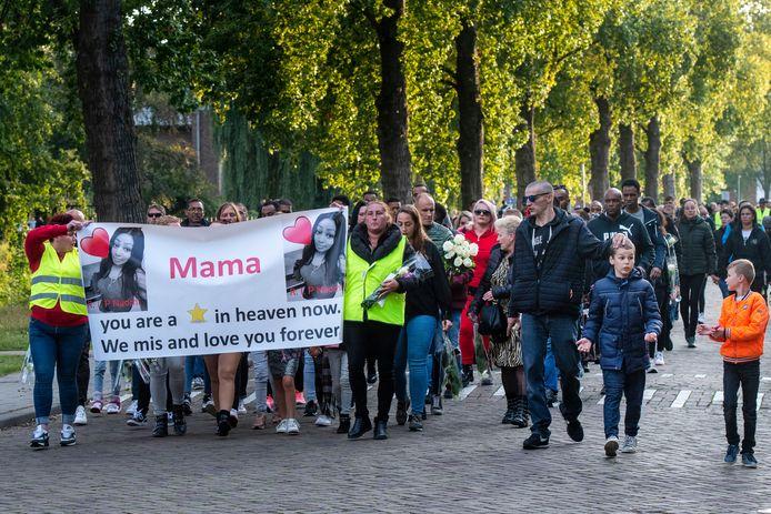 Enkele honderden mensen liepen mee in de stille toch voor Naomi.