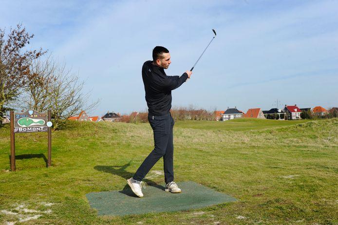 Ruben de Jager in actie op hole 2 van de kleine 9 holes baan van De Zeeuwsche, de golfbaan in Middelburg.