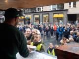 Gekte in Nijverdal vanwege uitdelen 1000 gratis pizza's: 'Kregen vrij van leraar'