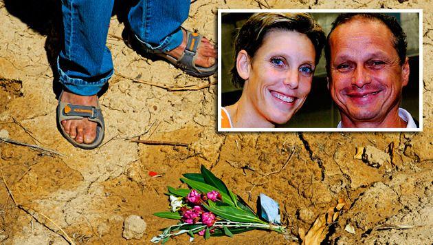 Op de plek waar de Spaanse politie de lichamen van oud-volleybalster Ingrid Visser en haar partner Lodewijk Severein heeft aangetroffen liggen bloemen uit Nederland.
