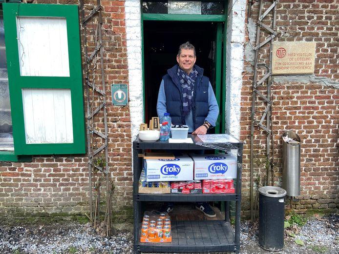 Uitbater Donald Michiels van café-restaurant 't Boshuisje verkoopt aan de passerende wandelaars een drankje en snackje.