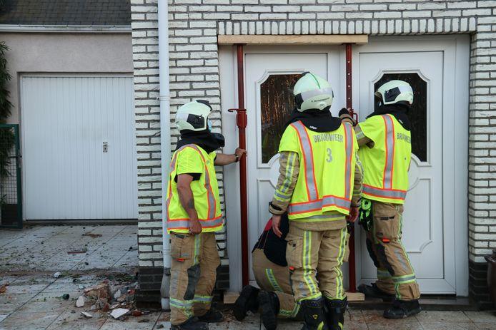 Petugas pemadam kebakaran harus mendukung fasad.