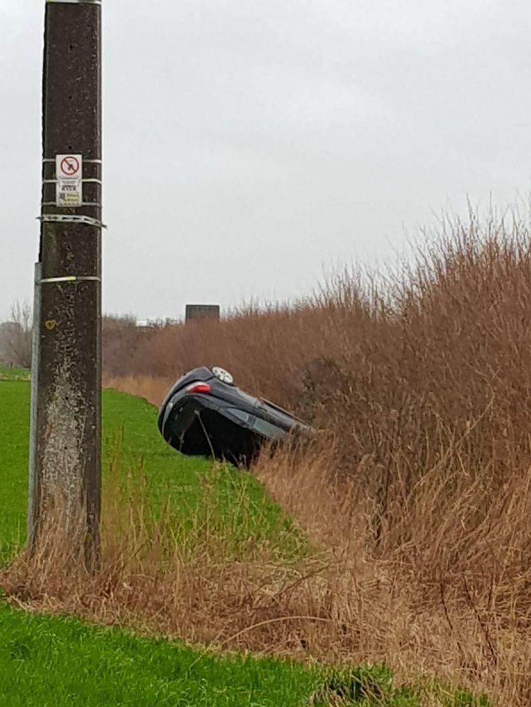 De Renault Megane belandde naast de autosnelweg. De bestuurder liep enkel lichte verwondingen op, maar was wel dronken.