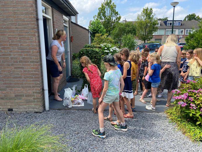 Juf Marloes werd gisteren op de laatste schooldag voor haar deur met allerlei cadeautjes verrast door de kinderen van groep 4B van De Bolster