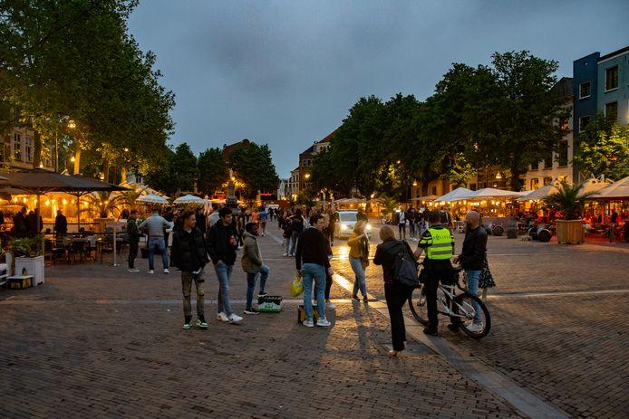 Zaterdagavond 22.00 uur: de terrassen op de Brink stromen leeg en de gasten verlaten het plein. Politie en handhaving houden een oogje in het zeil.