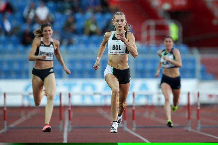 Femke Bol wint de 300 meter horden tijdens de Golden Spikewedstrijd in Ostrava, Tsjechië, in september.  Beeld Hollandse Hoogte / EPA