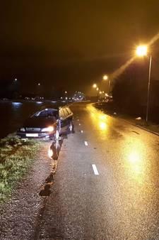 Auto met schade in de berm: bestuurder verdwenen