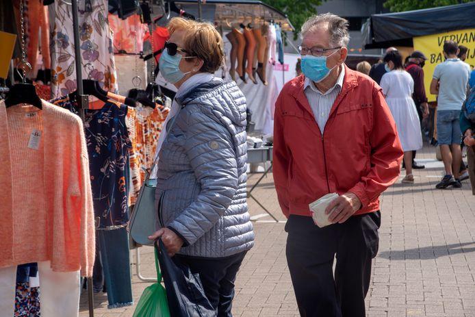 Mondmaskers blijven algemeen op de donderdagmarkt.