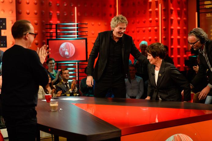 Presentator Matthijs van Nieuwkerk (midden) in een uitzending van de VARA-talkshow De Wereld Draait Door. Hij is een van de grootverdieners van de NPO.