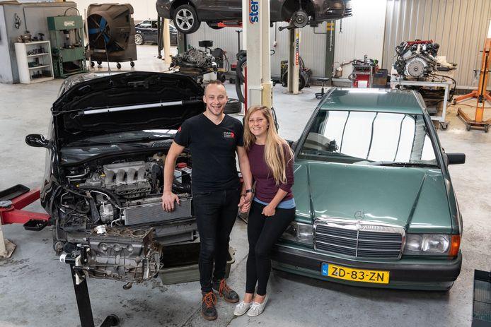 Melanie en Joep bij hun auto's