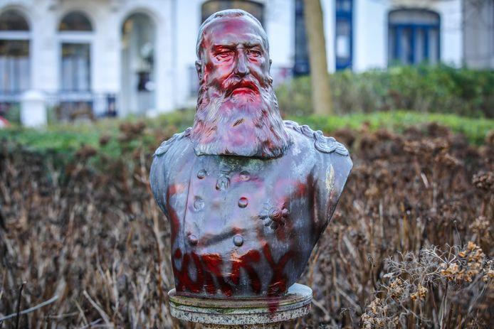 De buste van Leopold II werd in het verleden al meermaals beklad met rode verf of graffiti.