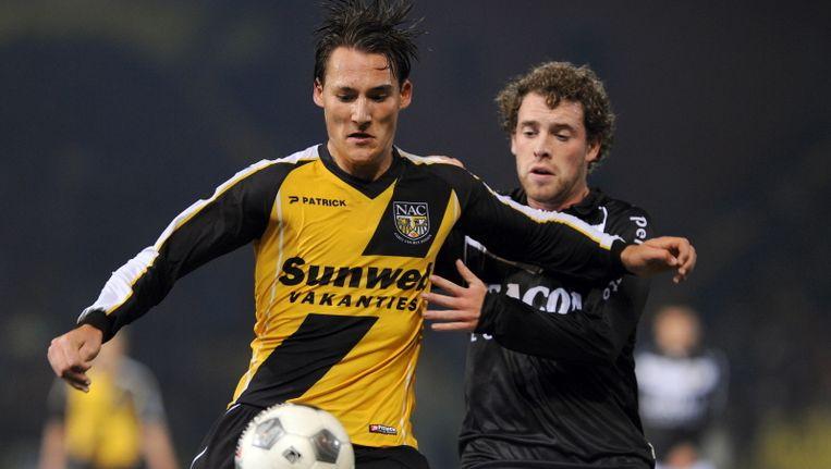 Nemanja Gudelj (links) van NAC Breda in duel met Barry Maguire van VVV Venlo. © PRO SHOTS Beeld