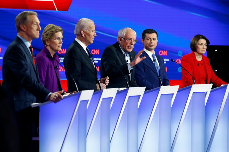 De Democratische presidentskandidatenTom Steyer, Elizabeth Warren, Joe Biden, Bernie Sanders, Pete Buttigieg en Amy Klobuchar tijdens het CNN-verkiezingsdebat.  Beeld AP