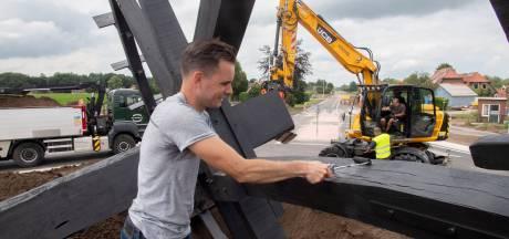 Fanatieke Rietmolenaren bouwen in vier dagen een gigawaterrad: 'Het hele weekend gebeitst'