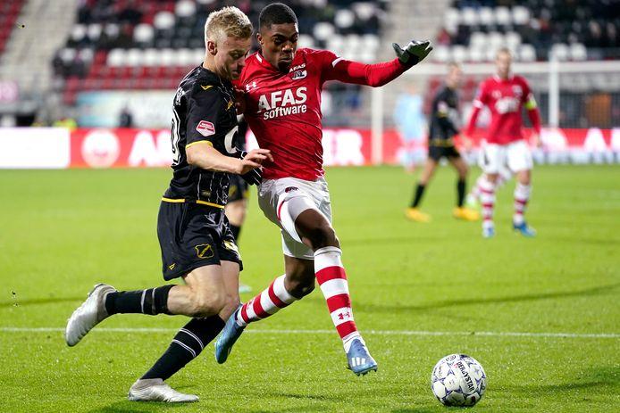 Jan Paul van Hecke in duel met international Myron Boadu.
