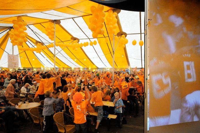 Vier jaar geleden werd tijdens de Midzomer Nachtfeesten in Dorst in oranjetenue naar het EK-voetbal gekeken.