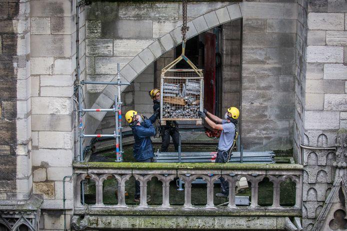 Bouwvakkers zijn nog steeds bezig met het veiligstellen van het kerkgebouw om instorting te voorkomen. De heropbouw start pas midden 2020.