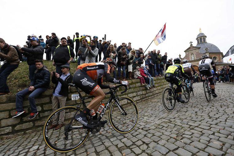 Brian van Goethem van Team Roompot op de Kapelmuur tijdens de wielerklassieker Omloop Het Nieuwsblad. Beeld anp