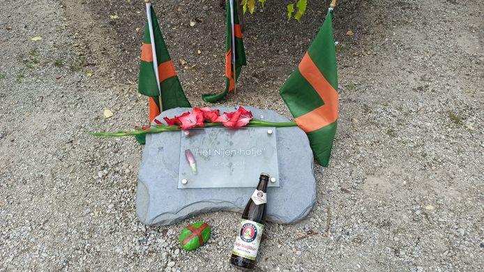 De gedenksteen voor Jan Nijenhof, fervent carnavalist en Vierdaagsewandelaar.