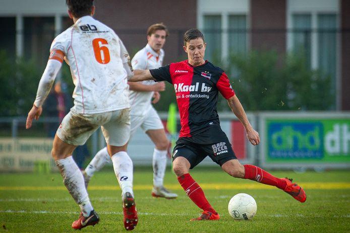 Joey Dekkers (r) namens De Treffers in actie tegen TEC uit Tiel.