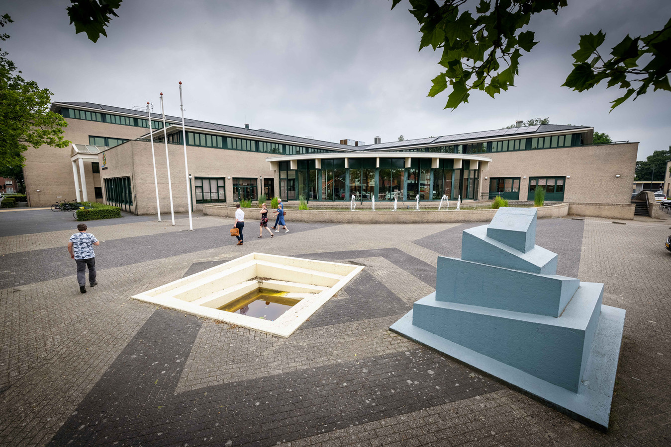 Volgens betrokkenen staat er een 'vies en gevaarlijk kunstwerk' voor het gemeentehuis in Emmeloord.