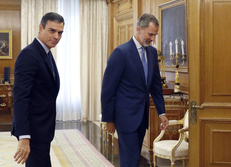 Spaanse premier Pedro Sanchez (l) wordt maandag ontvangen door koning Felipe VI, in het Zarzuela-paleis te Madrid. Beeld AFP