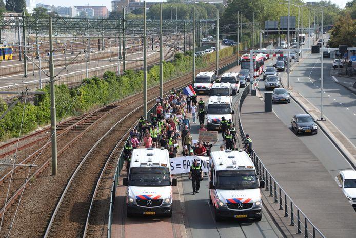 De demonstranten trekken door het centrum van Den Haag. Eindbestemming is de Tweede Kamer.